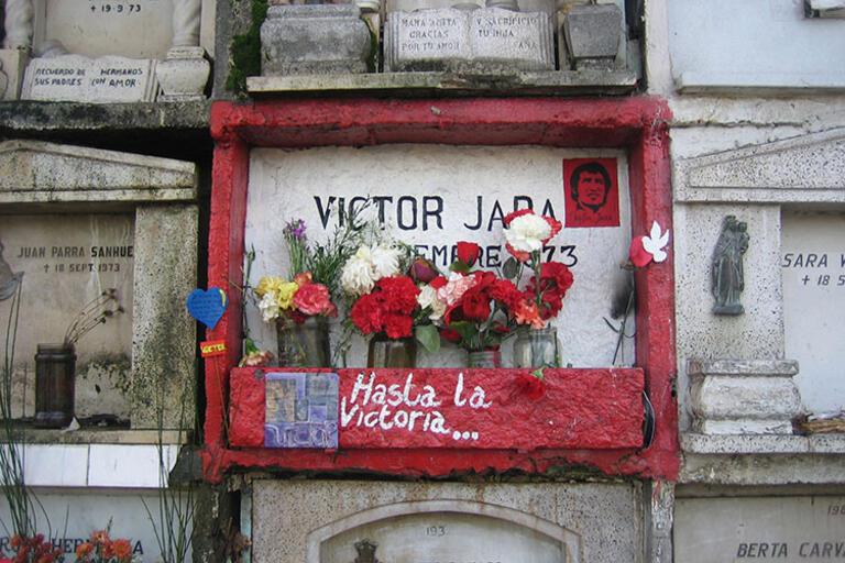 "The tomb of Victor Jara, reads ""Hasta la Victoria ..."""