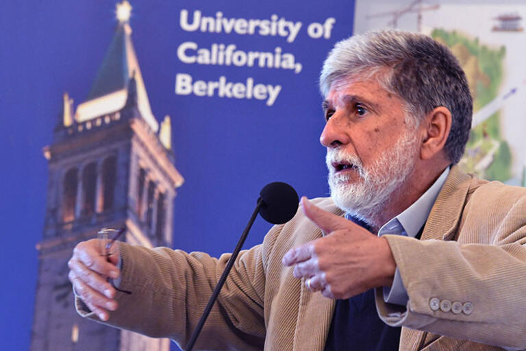 Picture of Celso Amorim speaking at CLAS