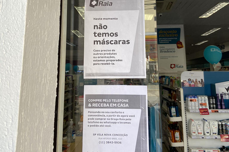 """A sign in a Brazilian pharmacy: """"We don't have masks."""""""