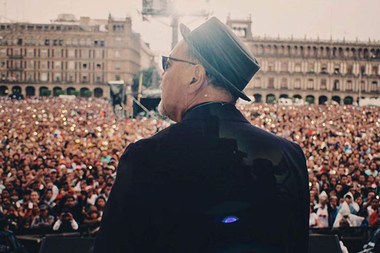 Picture of Rubén Blades in front of the audience