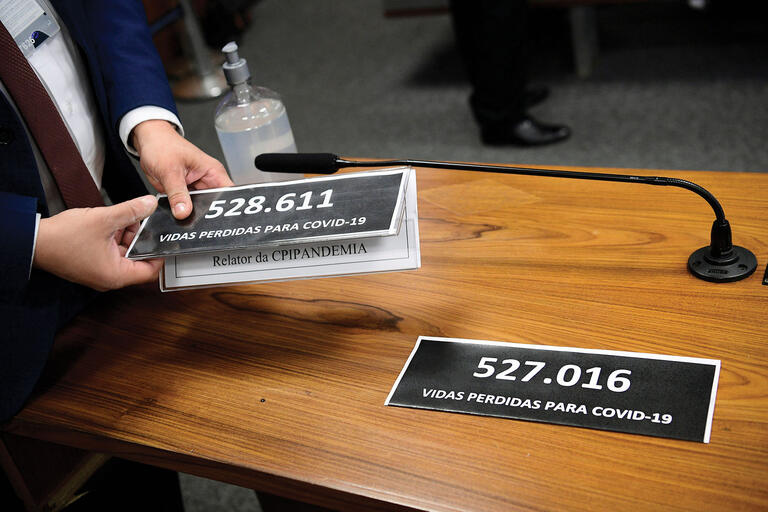 At a July 2021 inquiry on Brazil's pandemic response, nameplates are replaced by updated numbers of the over 500,000 lives lost due to Covid-19. (Photo by Pedro França/Agência Senado.)