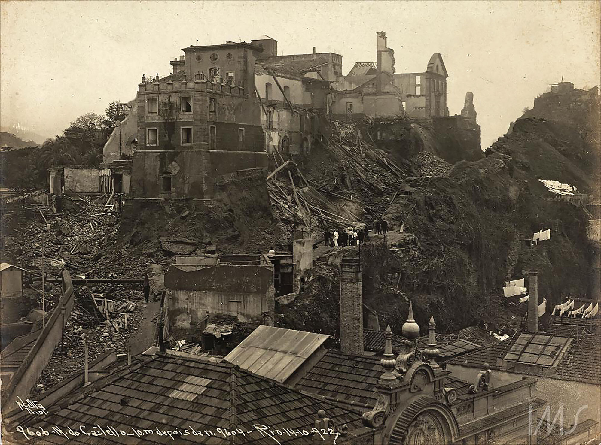 Ruined buildings cascade down the hillside during the destruction of the Morro de Castelo in Rio de Janeiro. (Photo courtesy of Instituto Moreira Salles.)