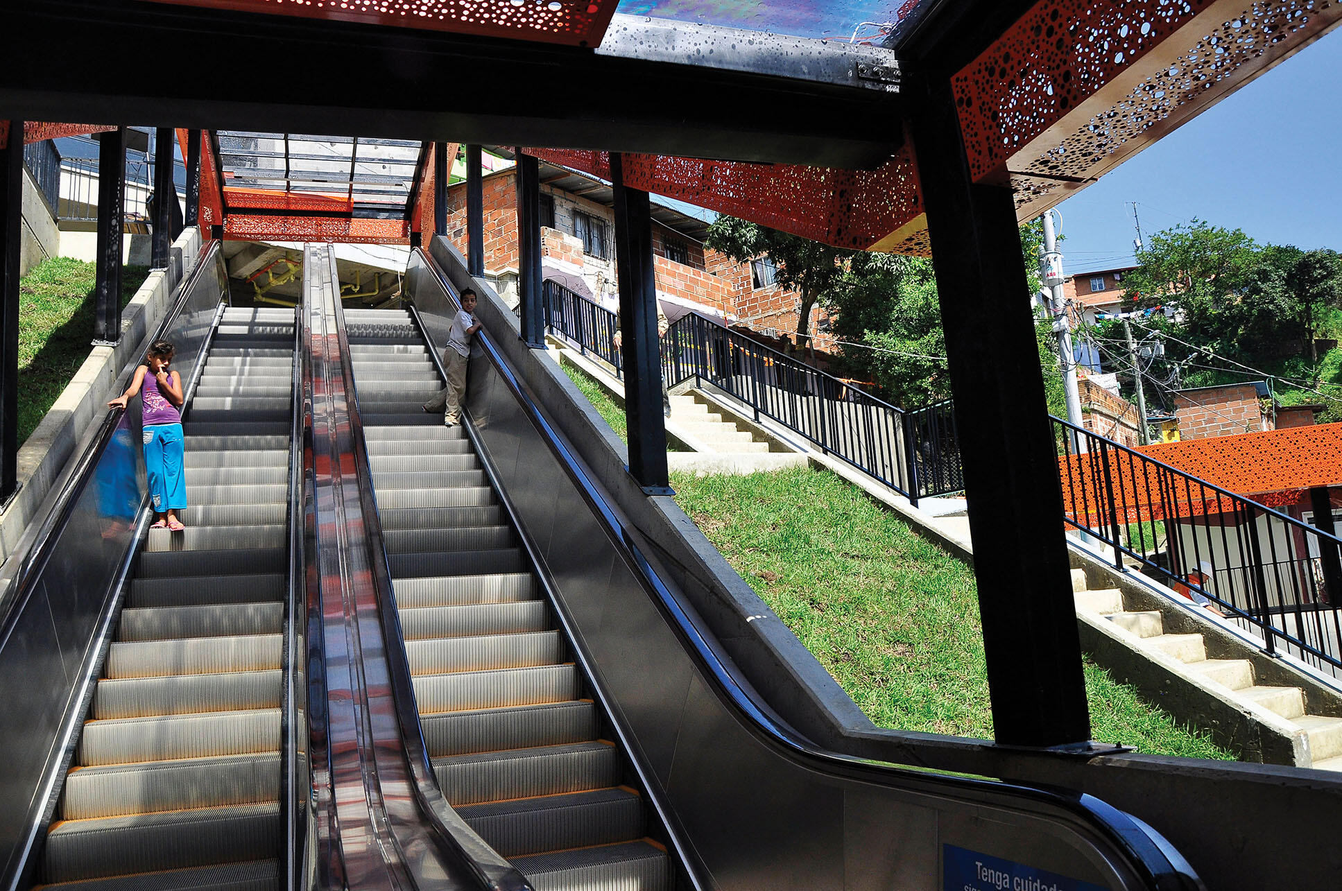One of the escalators built to serve poor hillside communities in Medellín. (Photo by Mariana Gil/EMBARQBrasil.)