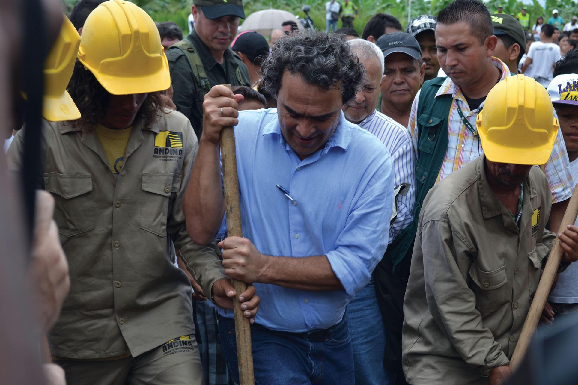 Sergio Fajardo (center, with other workers) uses a shovel to help break ground for a new university building in Antioquia. (Photo courtesy of Gobernador de Antioquia.)
