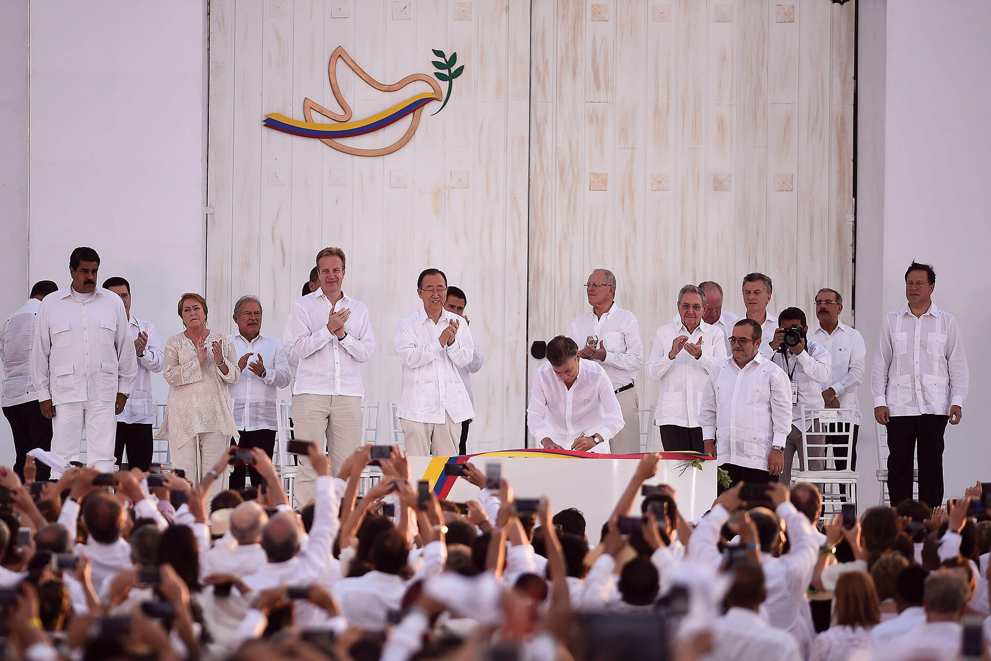 Latin American presidents on a stage to celebrate the 2016 signing of the initial peace accord in Colombia. (Photo by Ximena Navarro/presidencia.cl.)