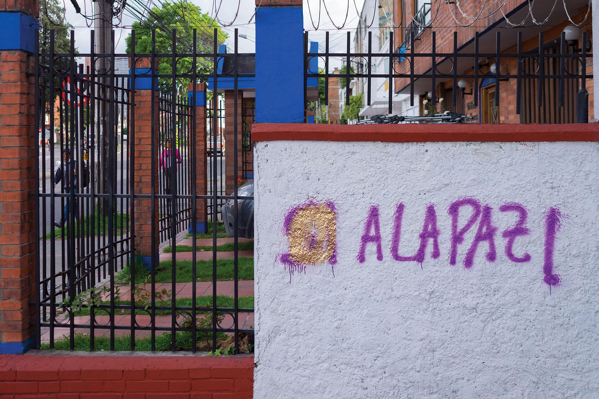 """Graffiti in Colombia after the failure of the plebiscite reads """"Si a la paz"""" with the """"si"""" marred by different paint. (Photo by Galo Naranjo.)"""