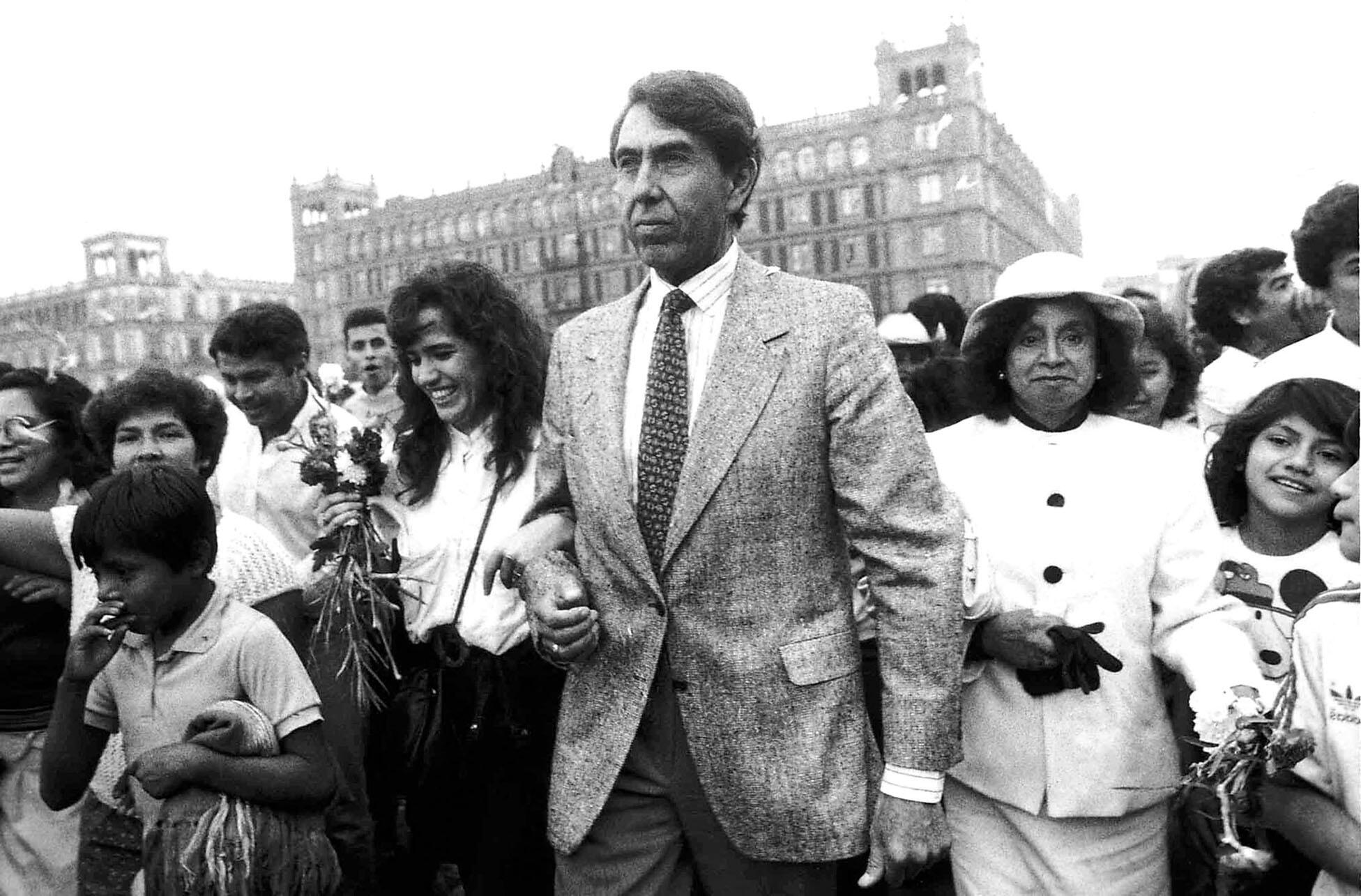 Cuauhtémoc Cárdenas campaigning during his 1988 presidential bid in Mexico. (Photo from WikiMexico.)