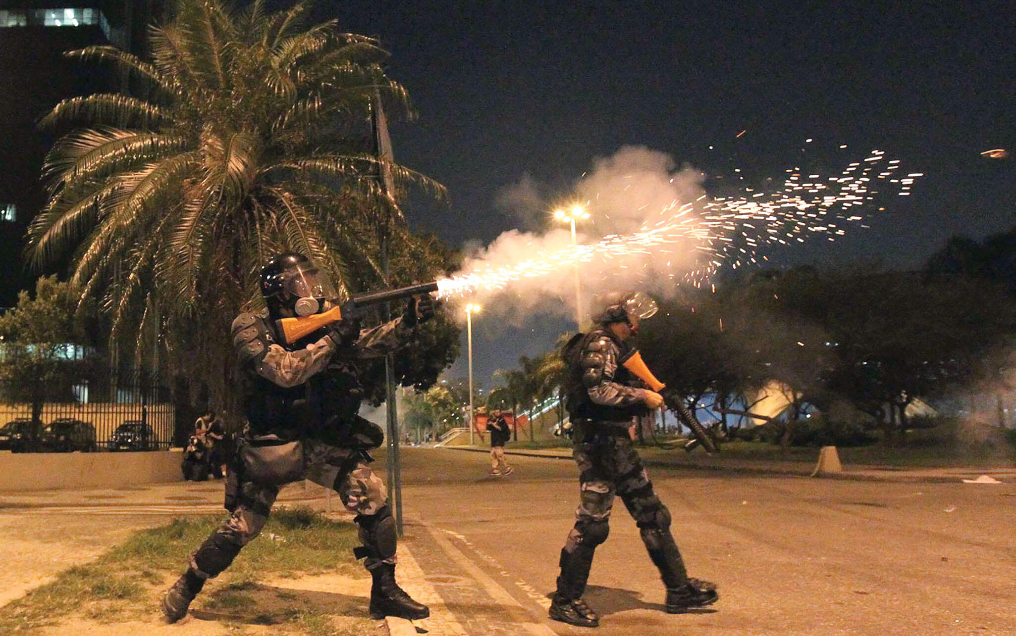 Police fire tear gas grenades during 2013 protests in Brasilia. (Photo by Semilla Luz.)
