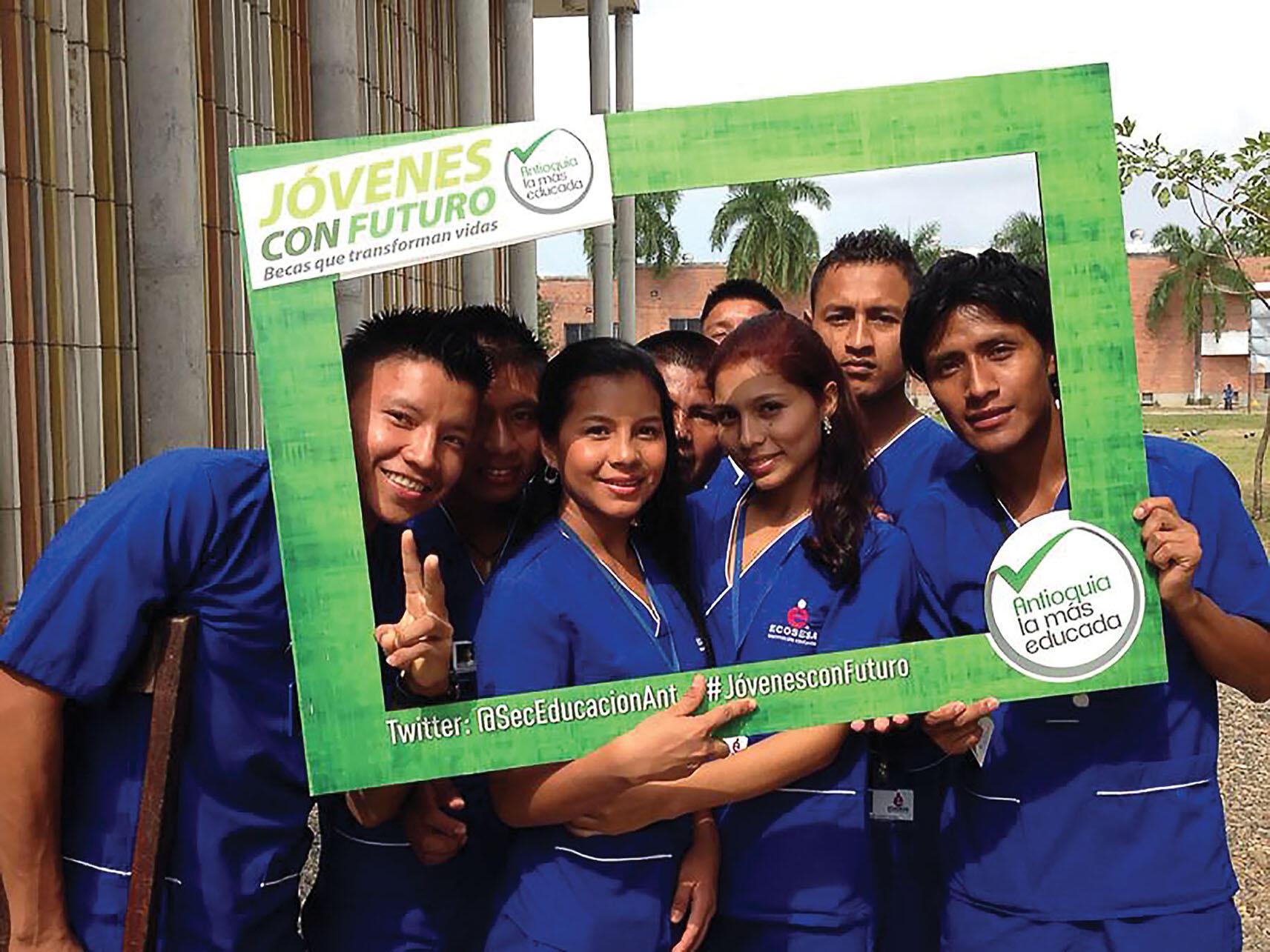 """A group of students participates in the """"Youth With a Future"""" program. (Photo courtesy of the Secretaría de Educación de Antioquia.)"""