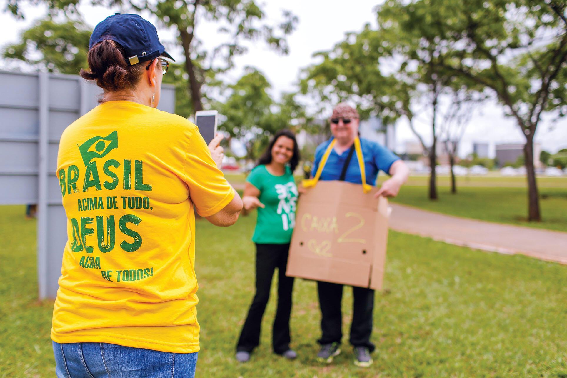 """""""Brasil acima de tudo, Deus acima de todos!"""" (Brazil above everything, God above all!). (Photo by Alessandro Dias.)"""
