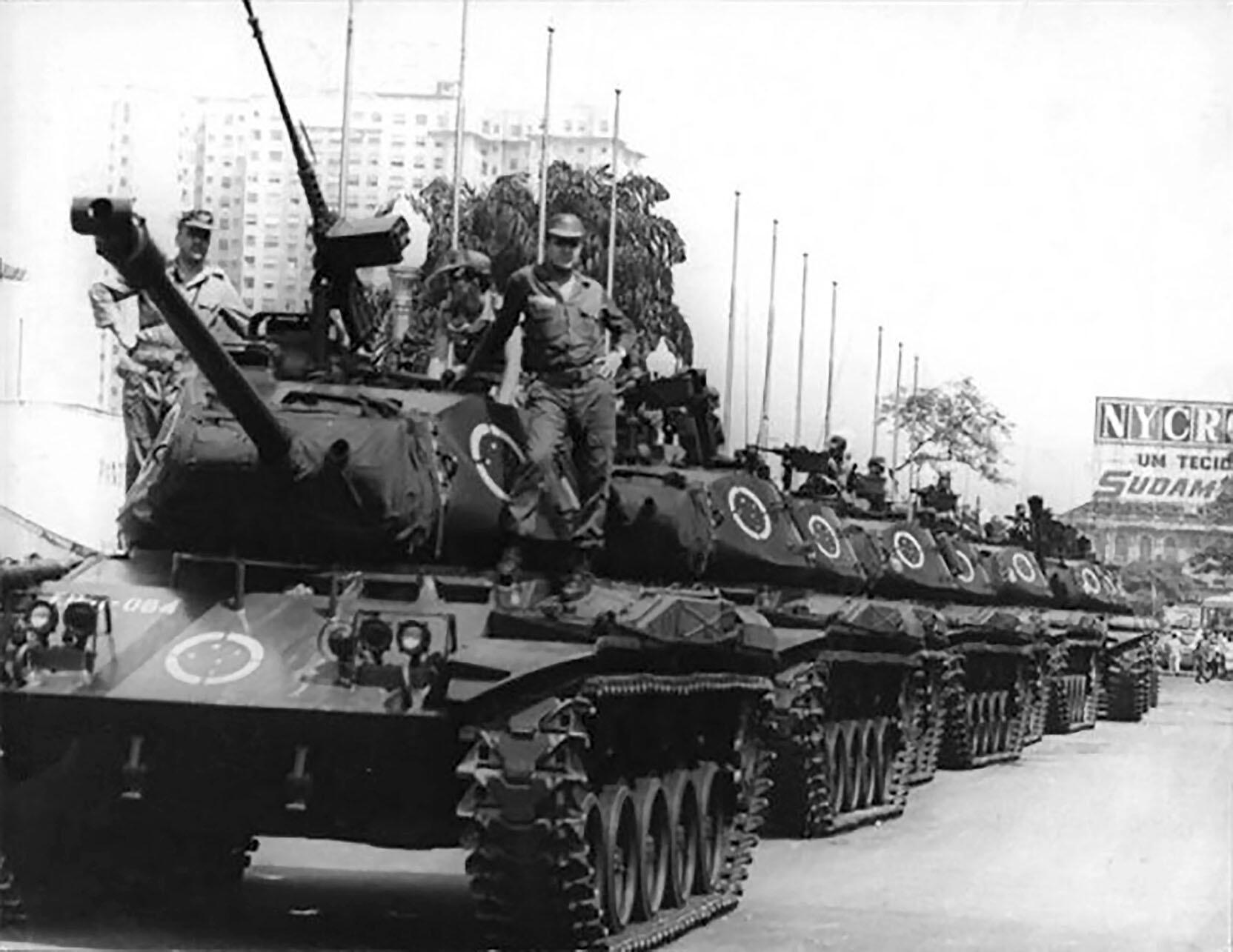 Tanks occupy Avenida Presidente Vargas in Rio de Janeiro in 1968. (Photo courtesy of Correio da Manhã.)