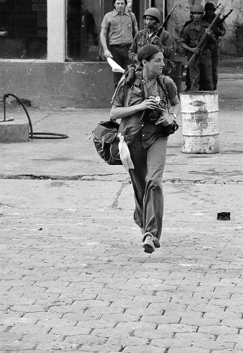 Susan Meiselas on the streets of Léon, Nicaragua, June 1979. (Photo by Alain Dejean/Sygma via Getty Images.)