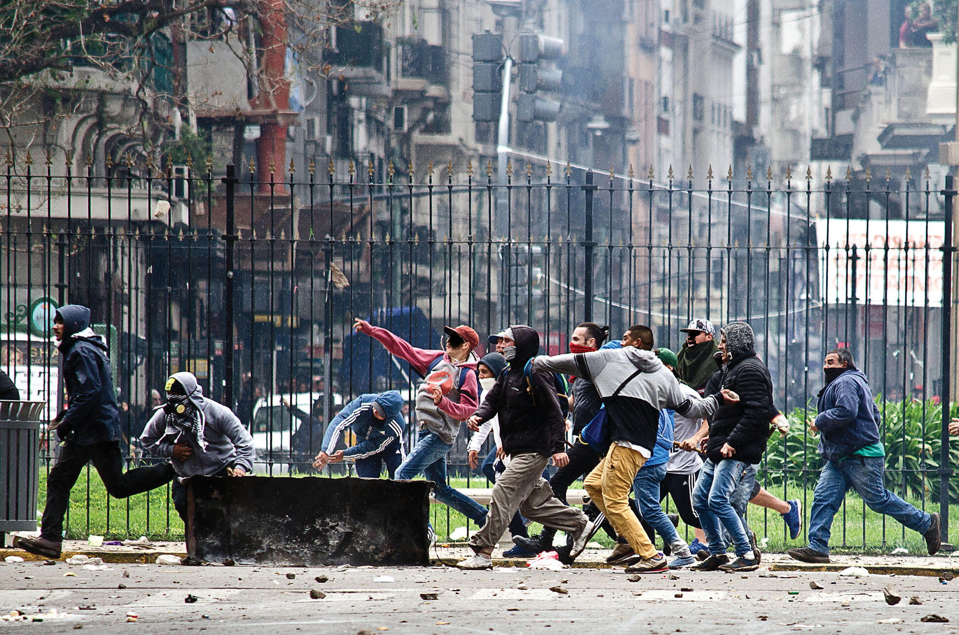Protestors throw rocks during a protest against the IMF in downtown Buenos Aires, October 2018. (Photo by Santiago Sito.)