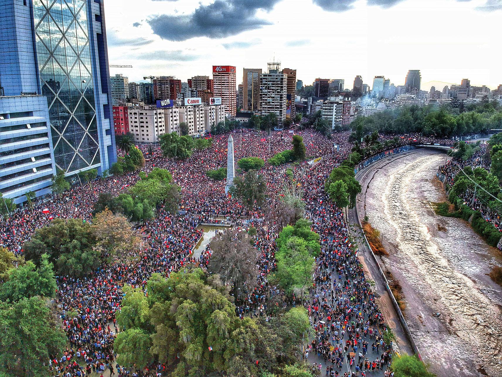 A huge protest in Santiago's Plaza Baquedano, October 2019. (Photo by Hugo Morales.)