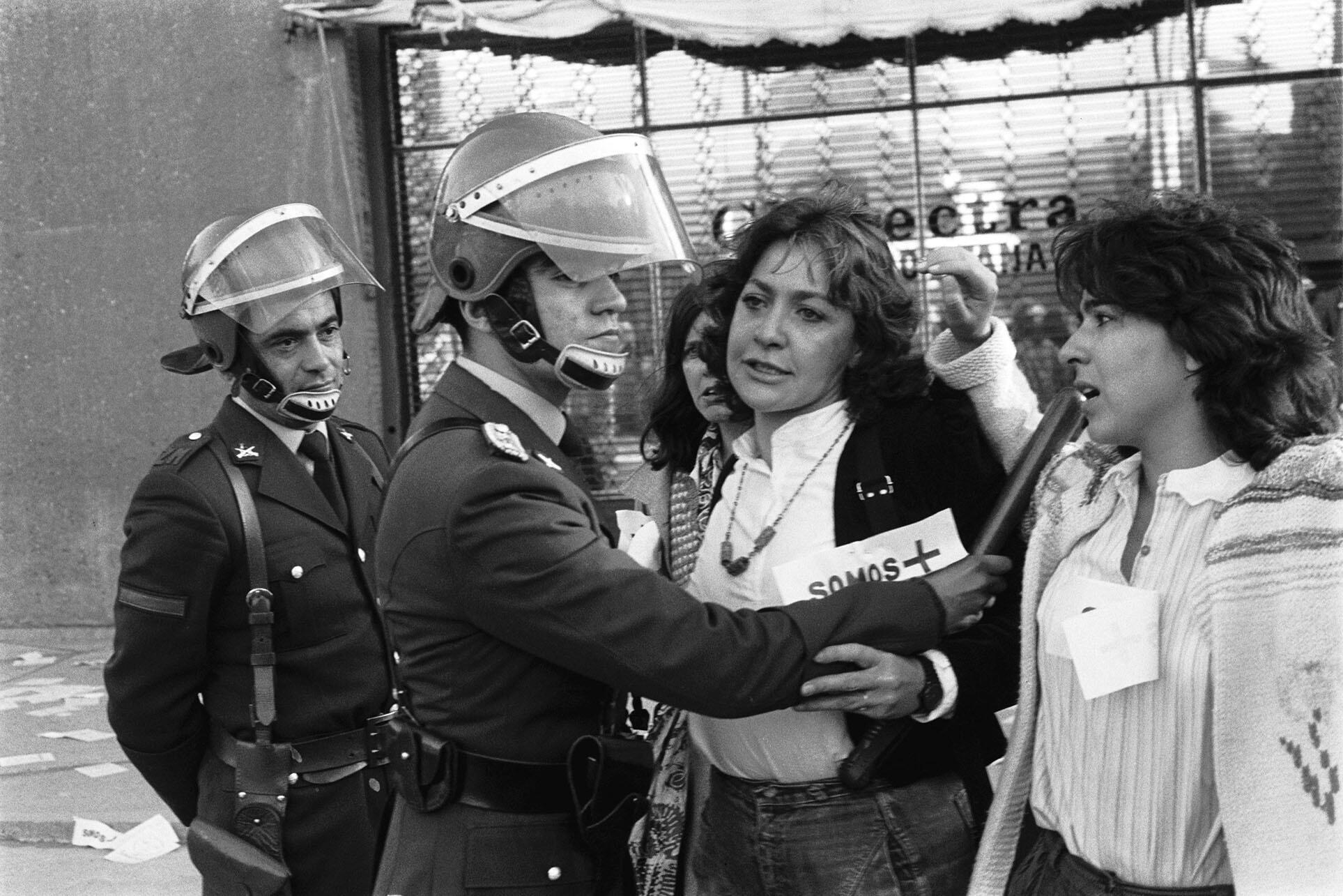 Mónica González Mujica (center) at a women's march in Chile, 1986. (Photo by Juan Carlos Cáceres.)