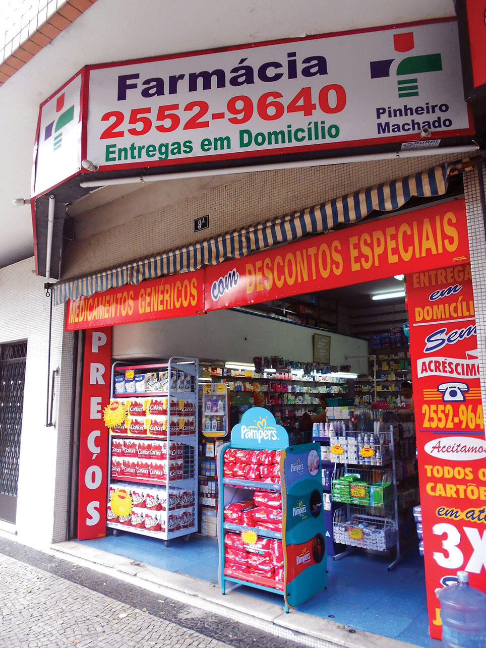 In 2012, a pharmacy in Rio de Janeiro, Brazil, advertises special discounts on generic drugs. (Photo by Eduardo Pazos/Wikimedia Commons.)