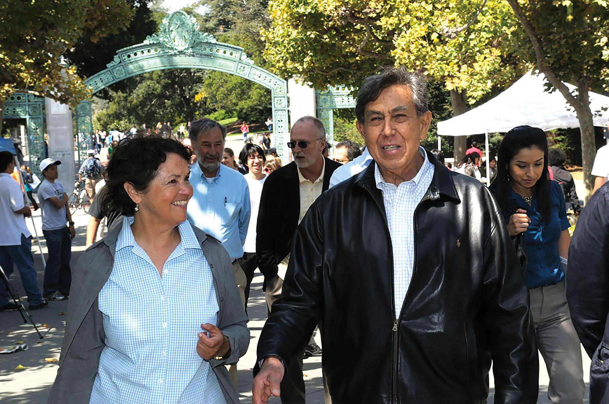 Beatriz Manz and Cuauhtémoc Cárdenas, followed by Steve Silberstein and David Bonior, walk on UC Berkeley's campus.