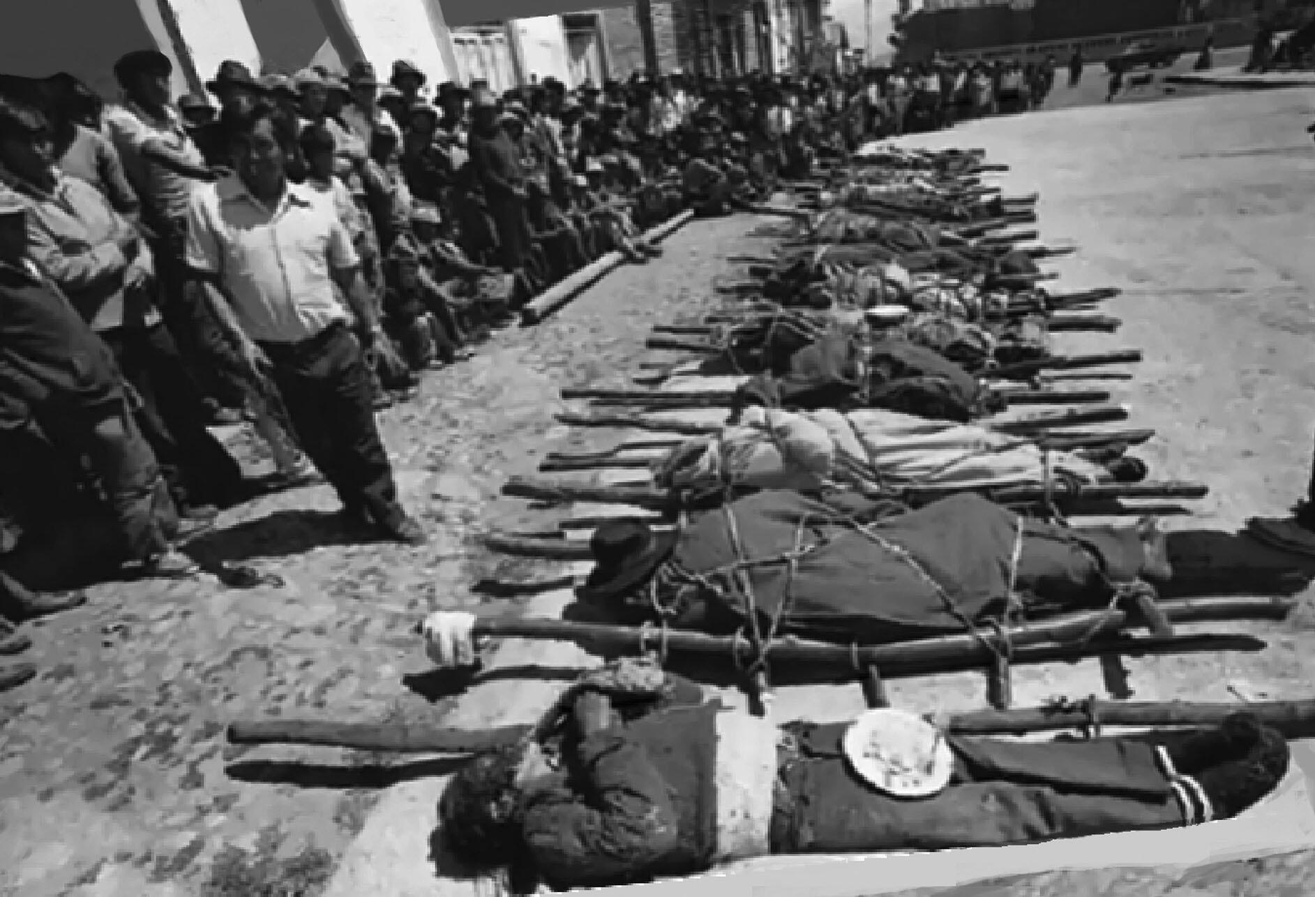 Bodies of people killed in the 1983 Lucanamarca massacre lie in the street. (Image courtesy of Yuyanapaq-LUM.)