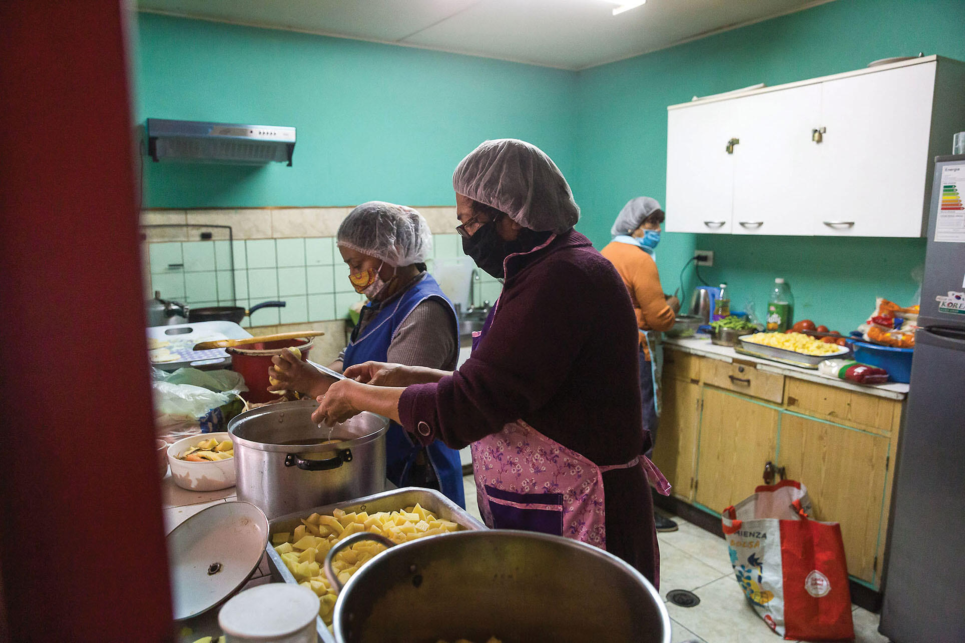Cooks in an olla común (soup kitchen) prepare food for delivery in Arica, Chile, June 2020. (Photo by Ibar Silva C. / Ilustre Municipalidad de Arica.)