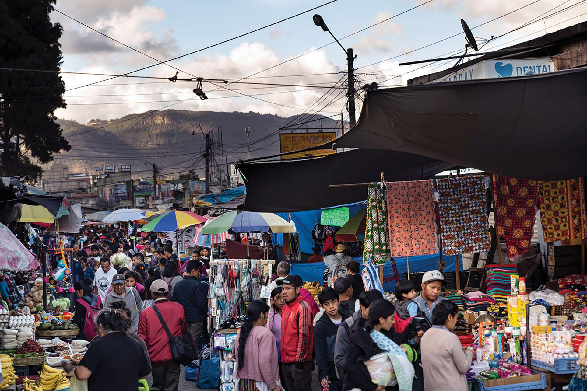 Los vendedores venden productos en un concurrido mercado al aire libre en Quetzaltenango, Guatemala. (Foto cortesía de la Oficina Regional de Centroamérica de los CDC, Guatemala.)
