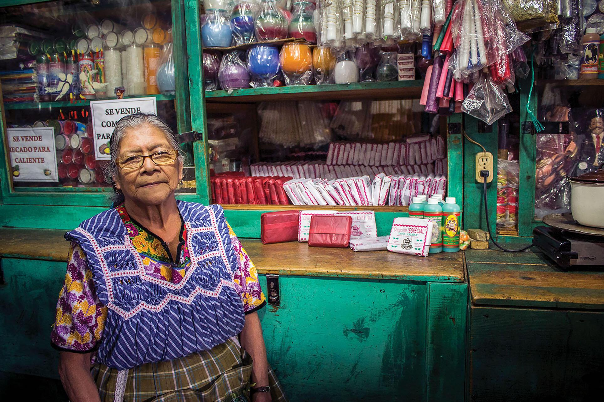Clara Nimatuj Ajqui, la madre de la autora, en su negocio en Quetzaltenango, Guatemala. (Foto cortesía de Irma Alicia Velásquez Nimatuj.)