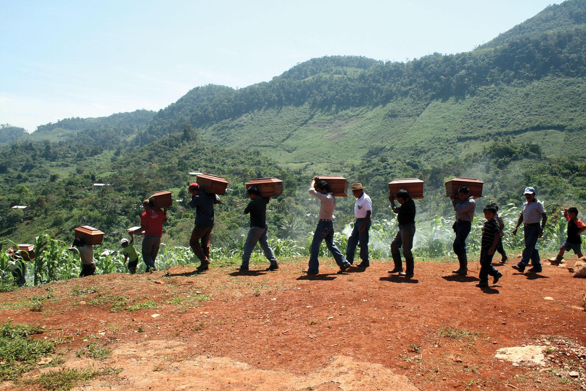 Inhumación de restos óseos recuperados en la aldea Cambayal, municipio de San Pedro Carchá, Alta Verapaz Guatemala, febrero de 2012. (Foto cortesía del Centro de Antropología Forense y Ciencias Aplicadas (CAFCA).)