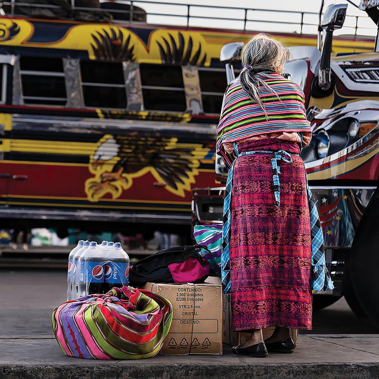Una mujer espera el transporte público en Quetzaltenango, Guatemala. (Foto cortesía de la Oficina Regional de Centroamérica de los CDC, Guatemala.)