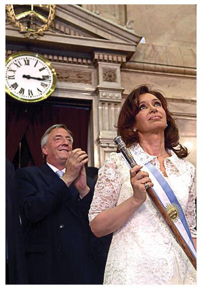 Cristina Fernández de Kirchner receives the presidential baton from her husband in 2007. (Photo by Presidencia de la Nación Argentina.)